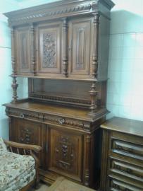 Дърворезбован шкаф